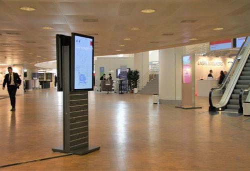 Varia - Möbel mit Doppelmonitor hoch und Informationssystem von der A-Design Organizer Software gesteuert.