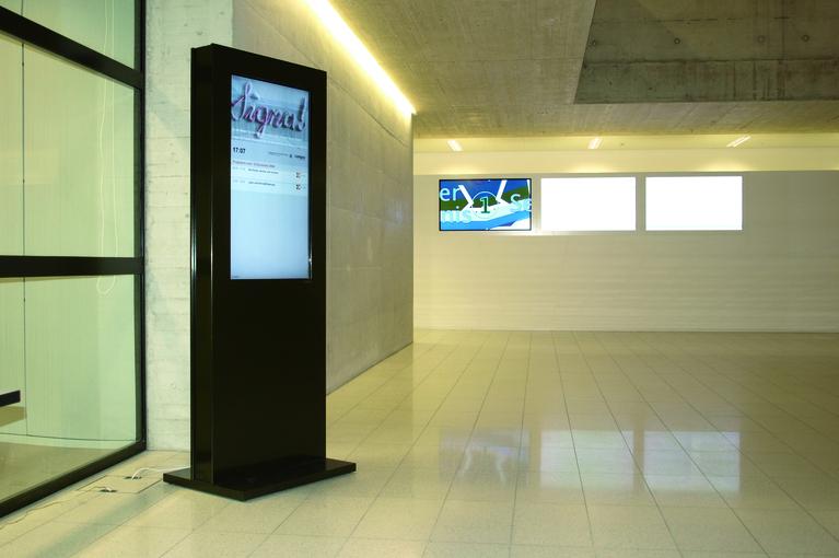 Schwarze Stele im Campus Thurgau mit Informationssystem von A-Design