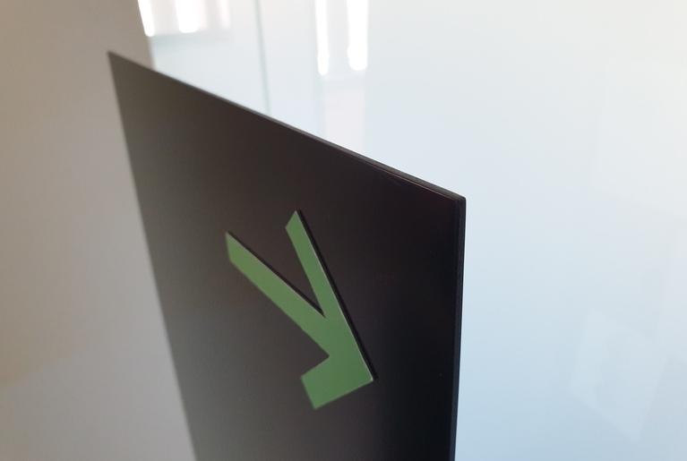 Präsenter Board Detail der oberen Ecke mit einem Pfeil aus magnetischem Material
