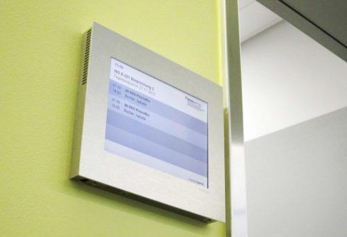 Point Schild im Inselspital Bern, mit Raumbuchung. Gesteuert und automatisch verwaltet von der A-Design Organizer Software.