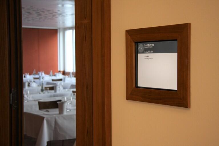 Referenz Einstein in St. Gallen, Schild mit Massivholzrahmen und Infosystem, produziert von A-Design.