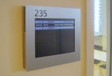 Point Schild im Careum Weiterbildungszentrum, mit Raumbuchung. Gesteuert und automatisch verwaltet von der A-Design Organizer Software.