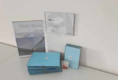 Türschilder Beispielschilder mit Papiereinlage von Slide Basic. Gestapelte Schilder mit Montagekit