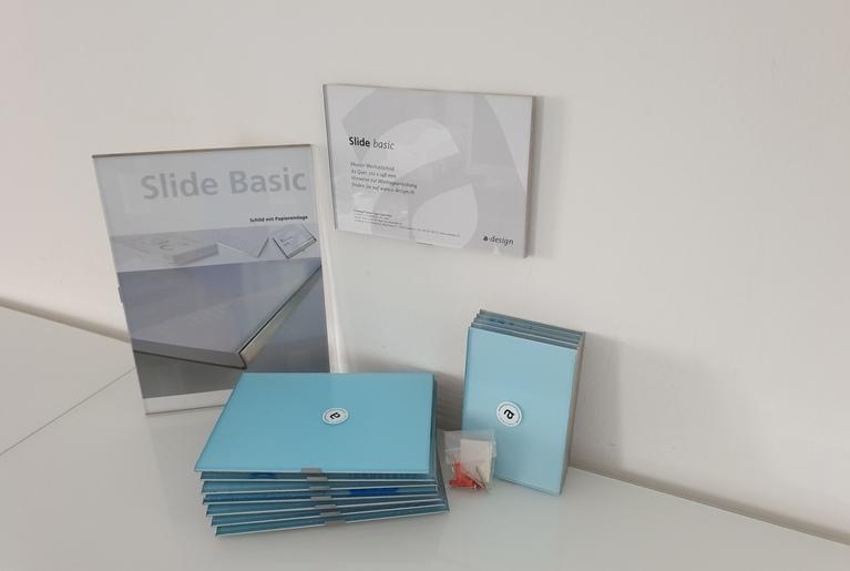 Beispielschilder mit Papiereinlage von Slide Basic. Gestapelte Schilder mit Montagekit