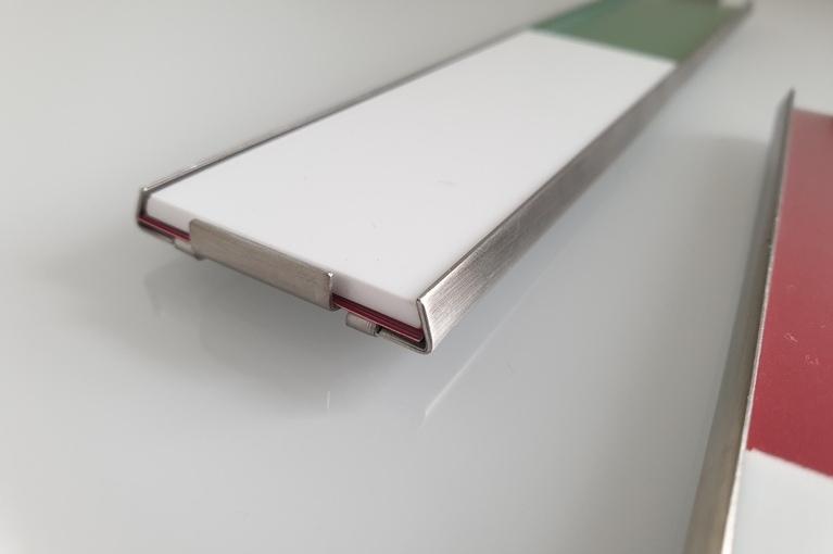 Seitenansicht vom Schild Slide Cover mit Schieber frei besetzt.