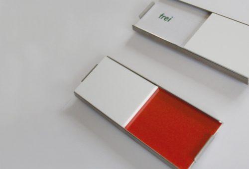 Zwei Schilder Slide Cover mit Schieber auf frei und auf der Farbe rot.