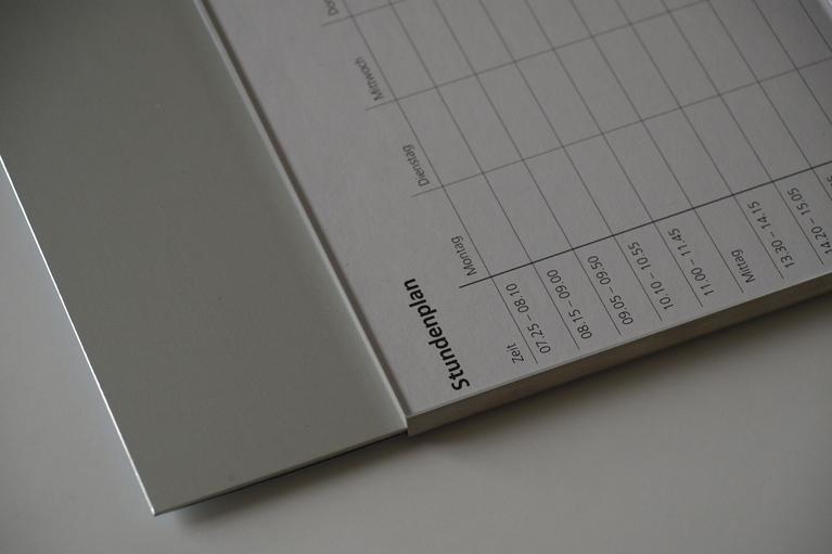 Schild Slide Art mit einer beispielhaften Papiereinlage eines Stundenplans