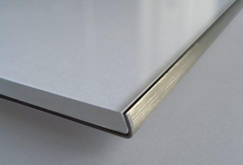 Schild Slide Basic, Detail der Ecke mit gerundeter Kante und Papiereinzg