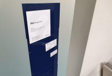 Informationsständer Präsenterboard mit beispielhafter Beschriftung von A-Design Schilder Slim Magnetic.