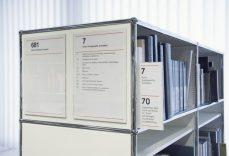 Schild Slim Magnetic, angebracht an einem USM-Bücherregal