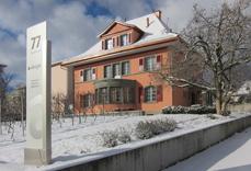 Geschäftsgebäude von A-Design AG im Winter mit einer Aussenpylone