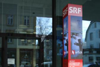 Referenz SRF Meret-Oppenheim-Hochhaus in Basel, Informationstafel vor dem Eingang.