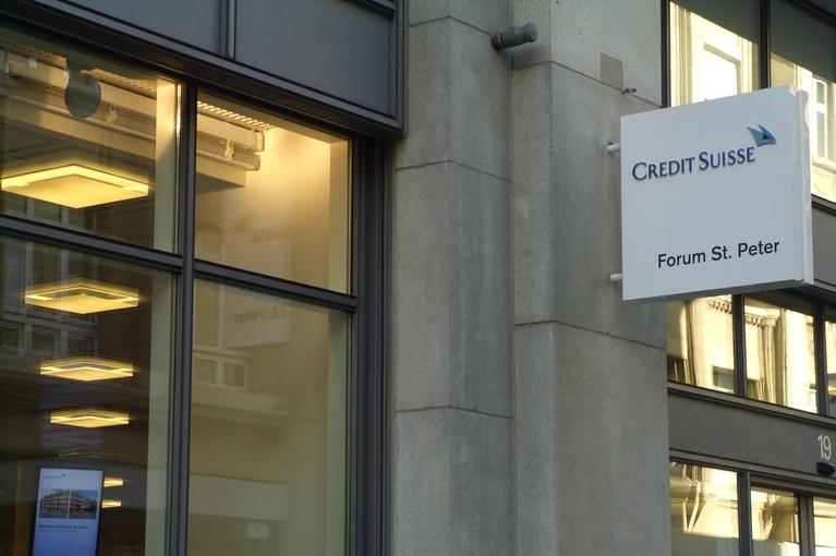 Referenz Credit Suisse, Aushängeschild vom Gebäude mit Credit Suisse Logo.
