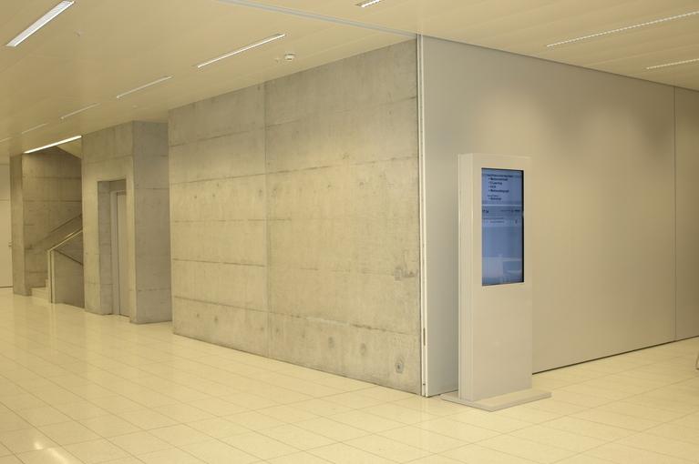 weisse Stele im Campus Thurgau mit Informationssystem von A-Design