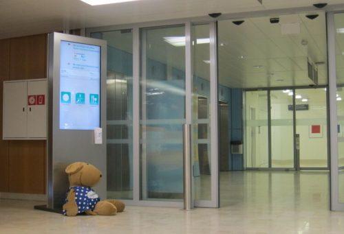 Referenz Inselspital Bern, Stele mit Informationssystem, gesteuert durch A-Design Organizer Software.