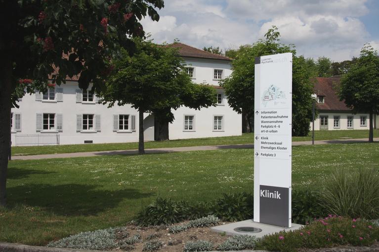 Referenz Luzerner Psychiatrie, Areal mit Wegleitungsschilder im Corporate Design.