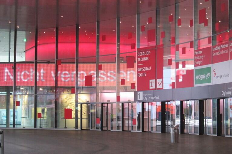Eingang bei der Messe Basel mit LED Banner, gesteuert von der A-Design Digital Sigange Software Organizer