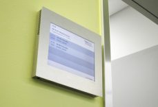 Referenz Inselspital Bern, Schild Point mit Raumbuchung, gesteuert durch die A-Design Organizer Software.