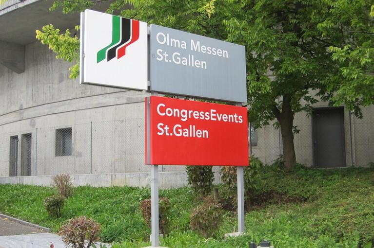 Referenz Olma Messen St.Gallen, Aushängeschilder auf der Strassenseite.