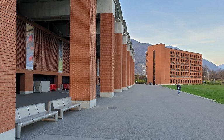 Aussenansicht Bundesamt für Sport in Tenero, Gebäudeeingang und Sitzplätze